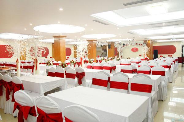 Thi công vách thạch cao TPHCM cho nhà hàng tiệc cưới